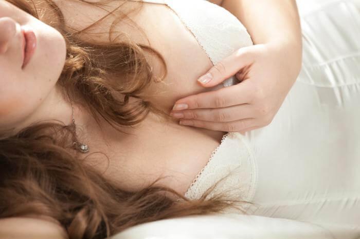 生理前に胸が張る…痛い原因が知りたい!PMS妊娠?それとも…   Chicoli(チコリ)